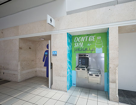 estación de hidratación en el aeropuerto